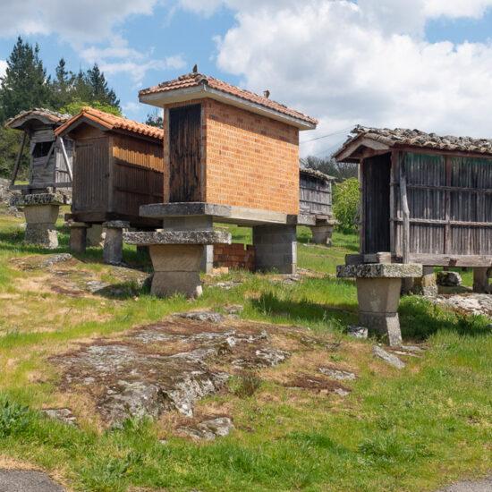hórreos en vilar del barrio por la etapa 31 de nuestro camino de la plata