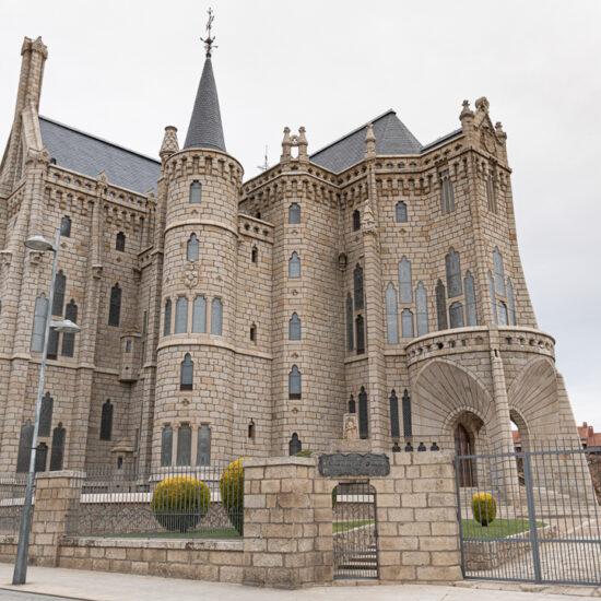 palacio episcopa de astorga por el camino de la plata hacia santiago de compostela