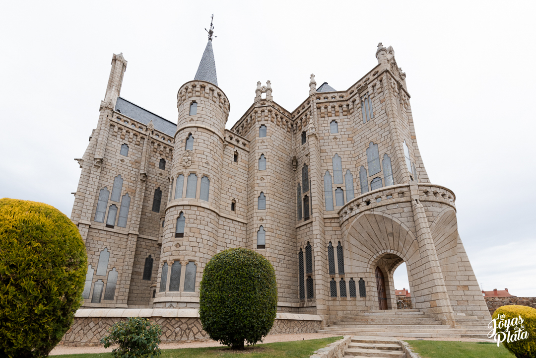palacio episcopal por el camino de la plata hacia santiago de compostela