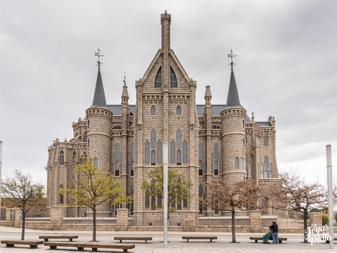 palacio episcopal de astorga por el camino de la plata hacia santiago de compostela