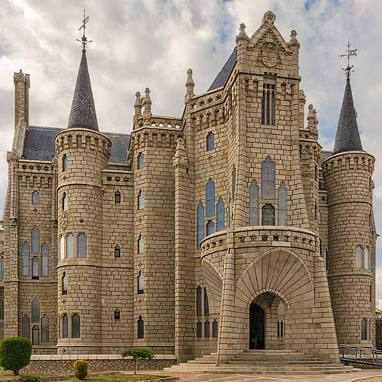 palacio episcopal de astorga en el camino de la plata