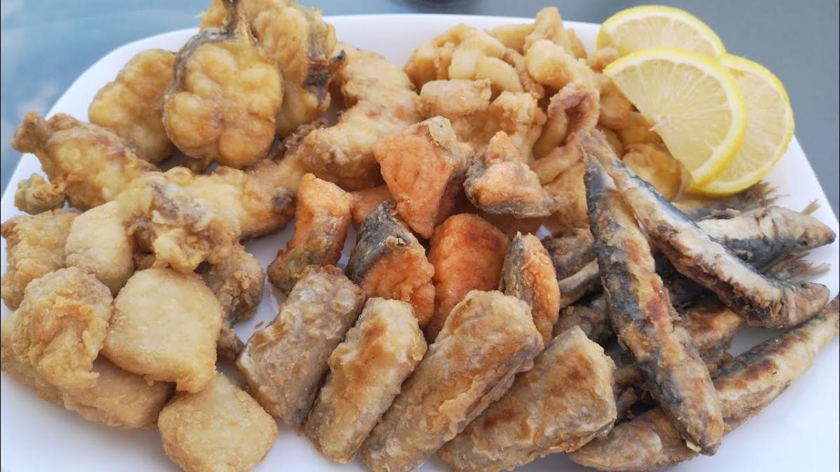pescaíto frito como platos típicos de andalucía en el camino de la plata